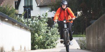 Peggy continue de se rendre au travail à vélo! Même une blessure ne l'arrête pas.